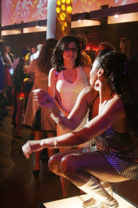 Undercover versucht Kate (Sasha Alexander, l.) an Informationen über den Mord an Manda King zu kommen ... - Bildquelle: CBS Television