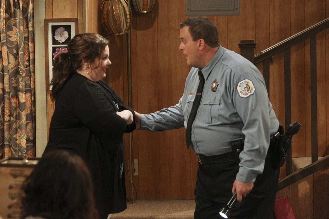 Während Mike (Billy Gardell, r.) Molly (Melissa McCarthy, l.) von seiner Investition erzählen möchte, hat sie ganz andere Neuigkeiten für ihn ... - Bildquelle: Warner Brothers