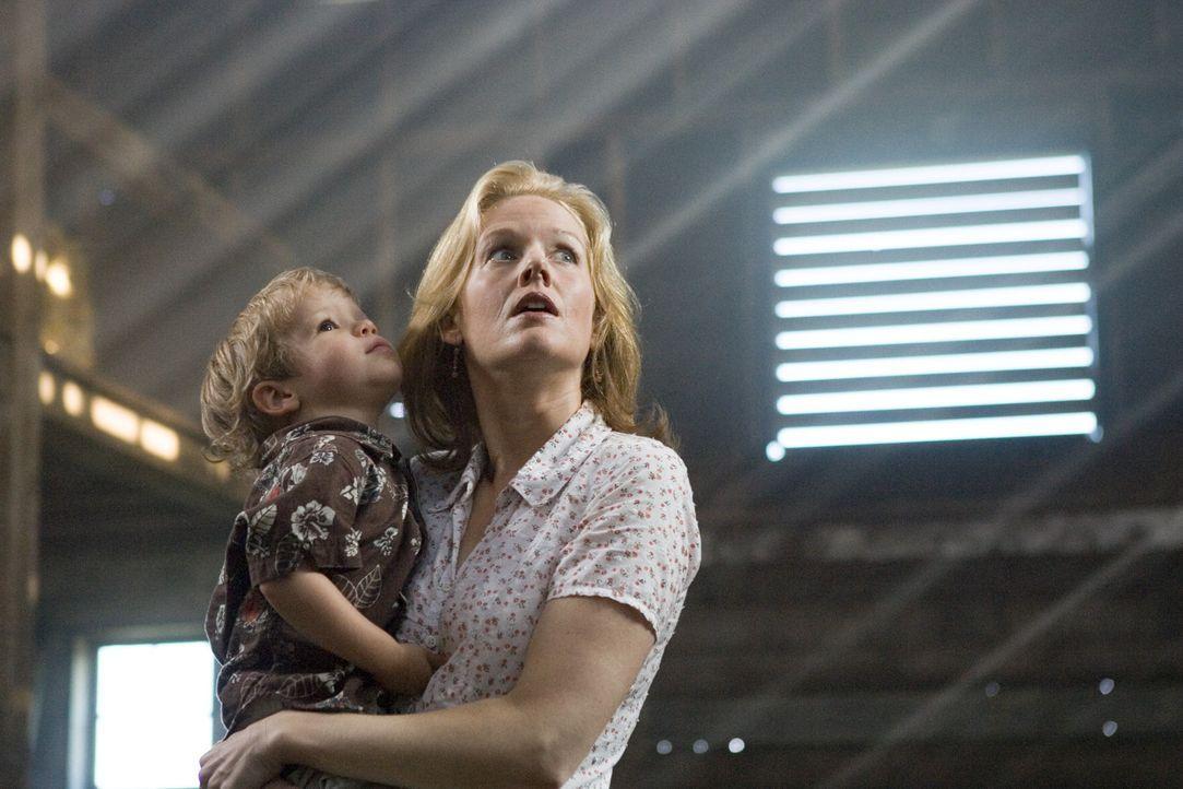 Viel zu spät erkennt Bens (Evan / Theodore Turner, l.) Mama Denise (Penelope Ann Miller, r.), dass sie den Geistern der Vergangenheit Gehör schenk... - Bildquelle: 2005 GHP-3 SCARECROW, LLC.