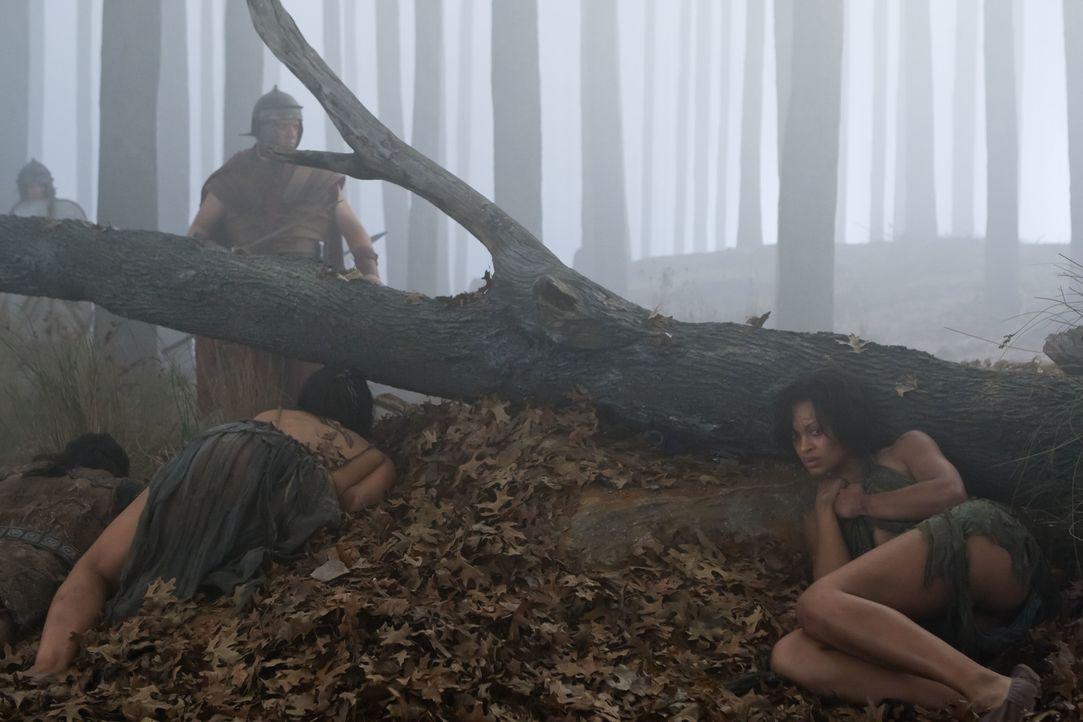 Nach der Befreiung Naevias (Cynthia-Addai Robinson, r.) beginnt für Spartacus und seine Männer ein gnadenloser Überlebenskampf gegen die zahlenmäßig... - Bildquelle: 2011 Starz Entertainment, LLC. All rights reserved.