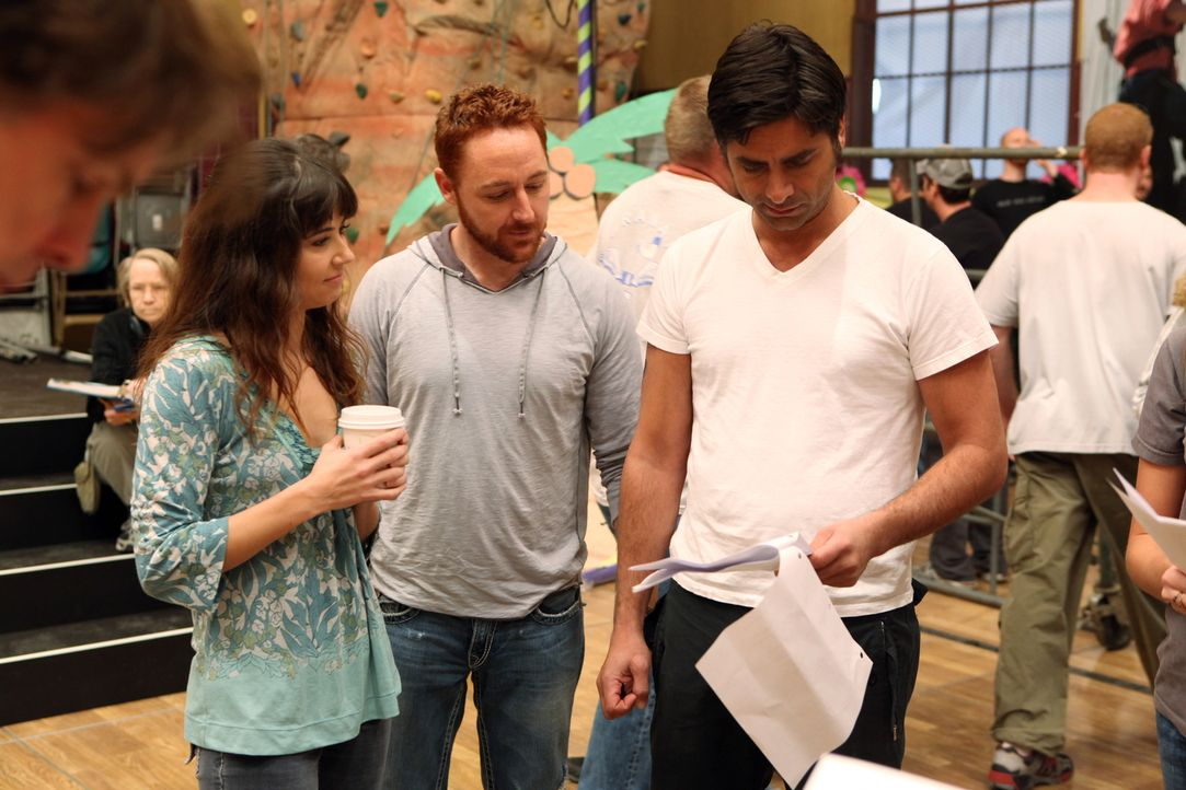 """Bei den Dreharbeiten zu """"Herzensangelegenheiten"""" (v.l.n.r.): Linda Cardellini, Scott Grimes, John Stamos - Bildquelle: Warner Bros. Television"""