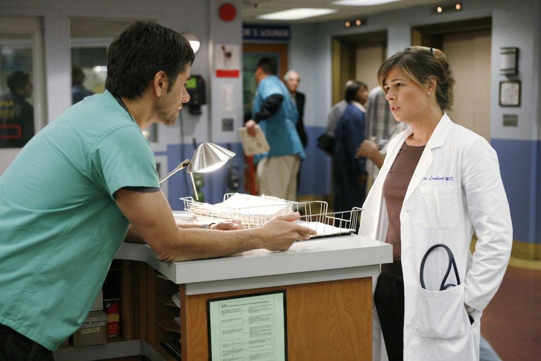 Immer gewillt Leben zu retten: Tony (John Stamos, l.) und Abby (Maura Tierney, r.) ... - Bildquelle: Warner Bros. Television