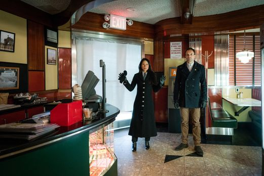 Joan (Lucy Liu, l.) und Sherlock (Jonny Lee Miller, r.) werden Opfer eines Ge...