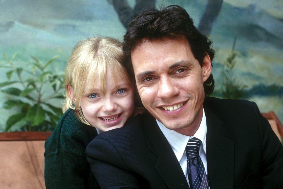 Ein Herz und eine Seele? Die kleine Pita (Darkota Fanning, l.) ist die einzige Tochter des Unternehmers Samuel Ramos (Marc Anthony, r.). Eines Tages... - Bildquelle: 2004 Epsilon Motion Pictures