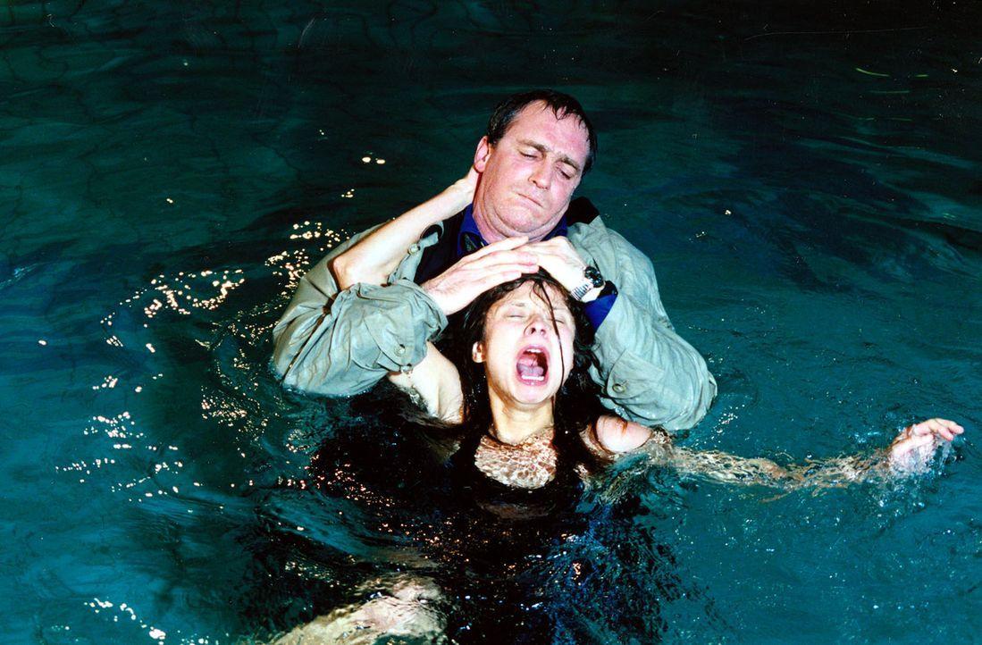 Michael Fuchs (August Zirner, hinten) versucht, Gabi Probst (Sabine Grabis, vorne) zu ertränken. - Bildquelle: Ali Schafler Sat.1