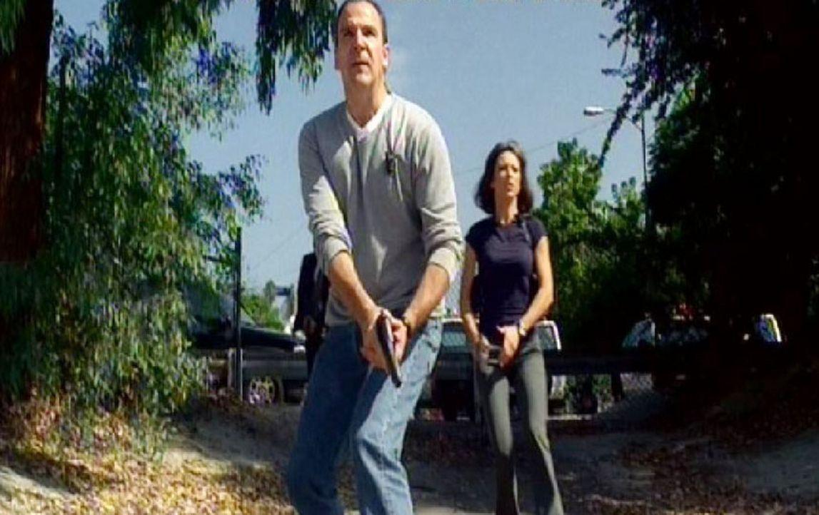 Jason Gideon (Mandy Patinkin, l.) und Emily Prentiss (Paget Brewster, r.) verfolgen den Bankräuber ... - Bildquelle: Touchstone Television