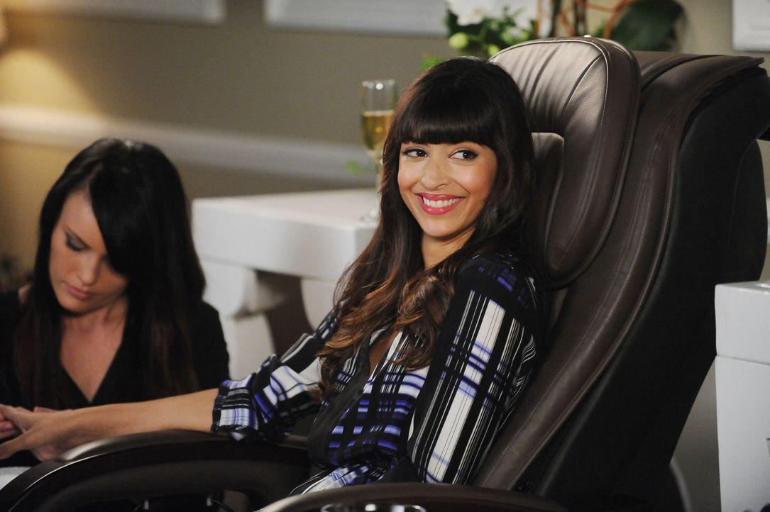 Noch ahnt Cece (Hannah Simone, r.) nicht, auf wen sie im Beauty-Salon wirklich trifft ... - Bildquelle: 2015 Twentieth Century Fox Film Corporation. All rights reserved.