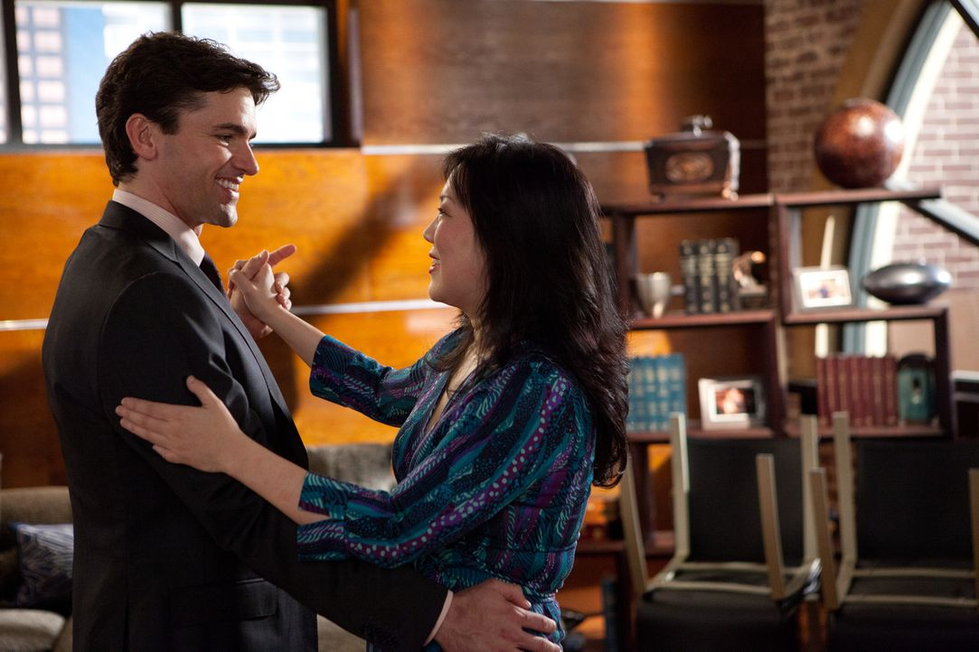 Kurz vor der Hochzeit gibt Teri (Margaret Cho, r.) Grayson (Jackson Hurst, l.) letzte Tanzstunden ... - Bildquelle: 2011 Sony Pictures Television Inc. All Rights Reserved.