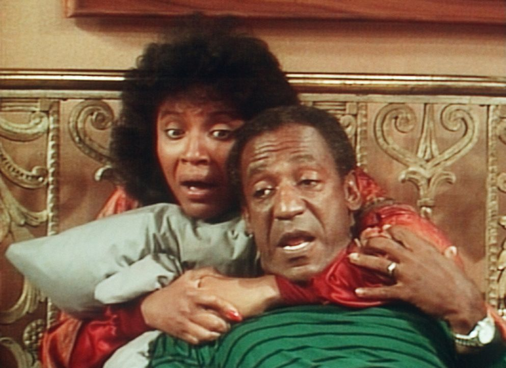 Clair (Phylicia Rashad, l.) und Cliff (Bill Cosby, r.) sind zu Tode erschrocken, weil die Schlange bis in ihr Schlafzimmer vorgedrungen ist. - Bildquelle: Viacom