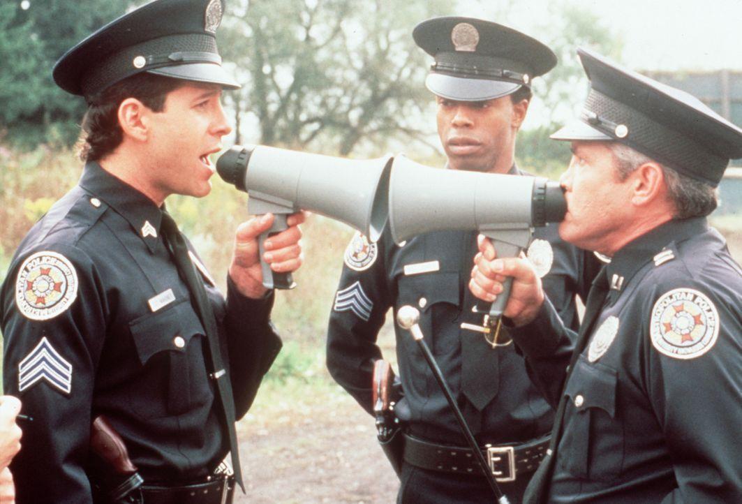 Wieder einmal ist Captain Harris (G.W.Bailey, r.) den Scherzen von Mahoney ( Steve Guttenberg, l.) und Jones (Michael Winslow, M.) ausgeliefert ... - Bildquelle: Warner Bros.