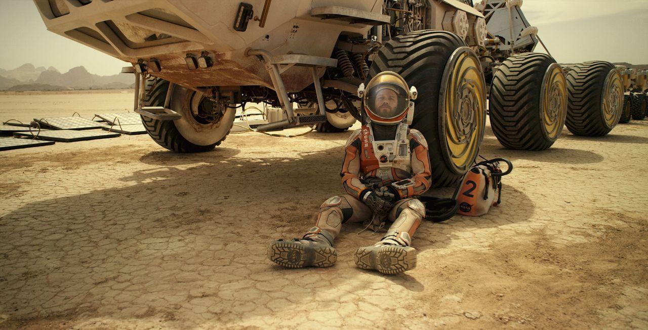 Während sich seine Kollegen bereits auf dem Rückweg zur Erde befinden, schält sich Mars-Mission Astronaut Watney (Matt Damon) schwerverletzt aus ein... - Bildquelle: 2015 Twentieth Century Fox Film Corporation.  All rights reserved.