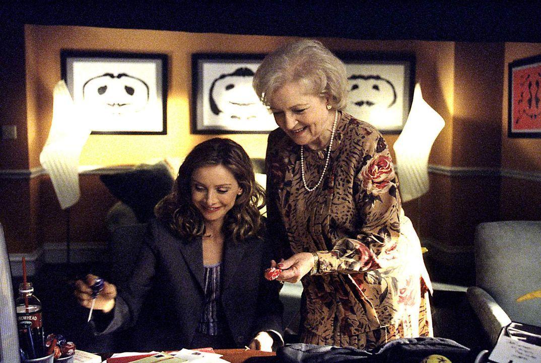 Als Ally (Calista Flockhart, l.) sich in einen halluzinierten Mann verliebt, will Dr. Shirley Flott (Betty White, r.) ihr endlich Antidepressiva ver... - Bildquelle: 1999 Twentieth Century Fox Film Corporation. All rights reserved.