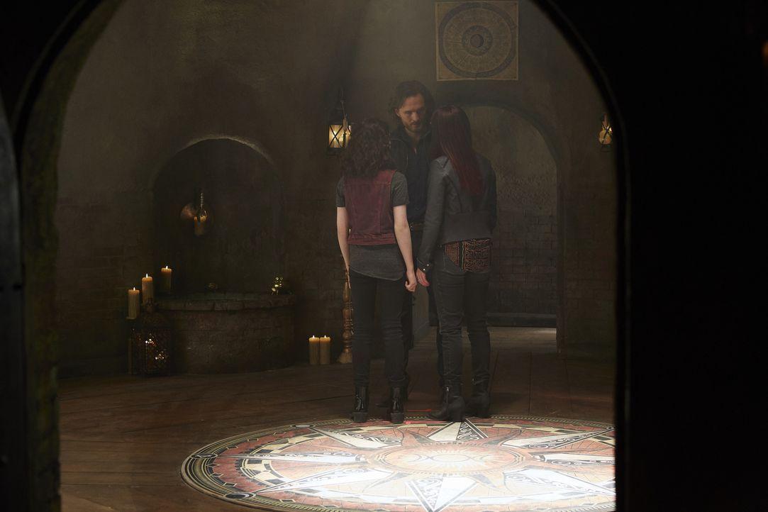 Jeremy (Greg Bryk, M.) macht Savannah (Kiara Glasco, l.) und Paige (Tommie-Amber Pirie, r.) klar, dass diese Ereignisse sie für immer aneinander bin... - Bildquelle: 2015 She-Wolf Season 2 Productions Inc.