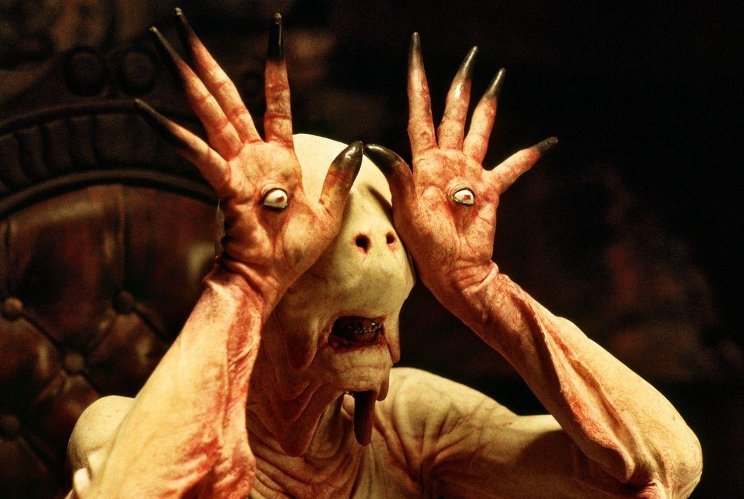 Auf ihrem Weg durch das Labyrinth kommt Ofélia an Pale Man (Doug Jones) vorbei, einem gesichtslosen Wesen, das unbeweglich an einem Tisch sitzt. Al... - Bildquelle: Telepool GmbH