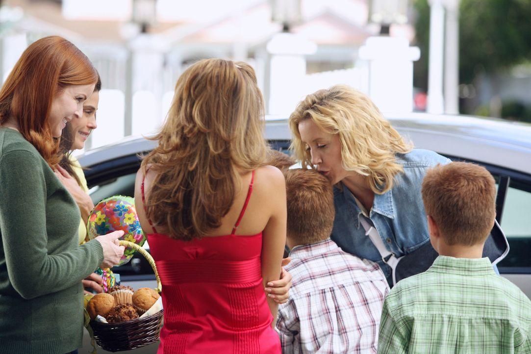Lynette (Felicity Huffman, 2.v.r.) wird aus dem Krankenhaus entlassen und wird herzlich von ihren Freunden (Marcia Cross, l., Teri Hatcher, 2.v.l. u... - Bildquelle: 2005 Touchstone Television  All Rights Reserved
