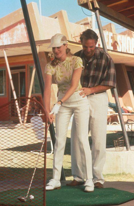 Als Golftrainer in einer texanischen Kleinstadt verdient sich der heruntergekommene Roy (Kevin Costner, r.) seinen Lebensunterhalt. Eines Tages ersc... - Bildquelle: WARNER BROS.