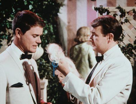 Bezaubernde Jeannie - Tony (Larry Hagman, l.) und Roger (Bill Daily, r.) soll...