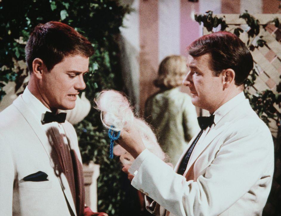Tony (Larry Hagman, l.) und Roger (Bill Daily, r.) sollen sich auf einer Wohltätigkeitsveranstaltung um die anwesenden Damen kümmern. - Bildquelle: Columbia Pictures