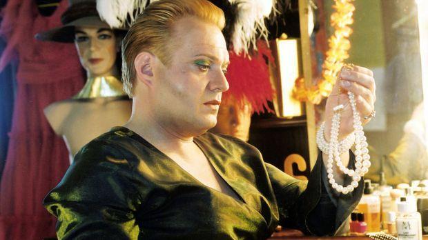 Dietrich (Jan Gregor Kremp) ist Besitzer des Travestieclubs