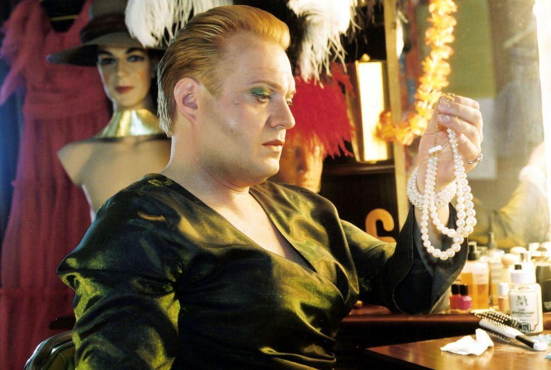 """Dietrich (Jan Gregor Kremp) ist Besitzer des Travestieclubs """"Unicorn"""" in Berlin. Durch einen Zufall erscheint dort eines Tages sein Sohn ... - Bildquelle: Claudius Pflug Sat.1"""