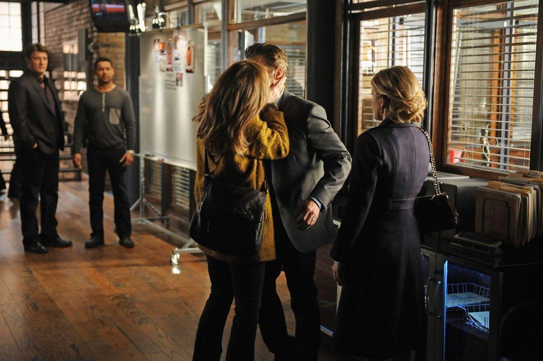 Wer ist die Frau (Cara Buono, M.) die Kevin Ryan (Seamus Dever, M.) so stürmisch küsst? Das fragen sich auch Castle (Nathan Fillion, l.), Esposito (... - Bildquelle: ABC Studios