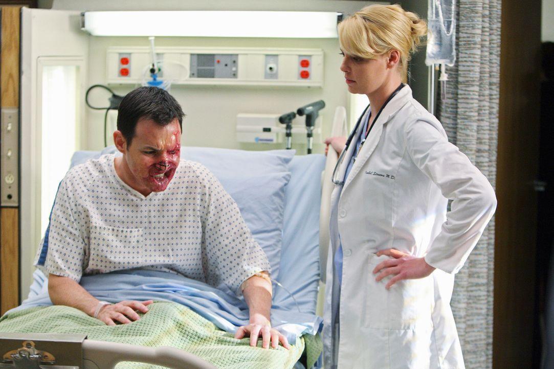 Izzie (Katerine Heigl, r.) kümmert sich um Dave (Larry Sullivan, l.), der keinen Besuch erhalten möchte ... - Bildquelle: Touchstone Television