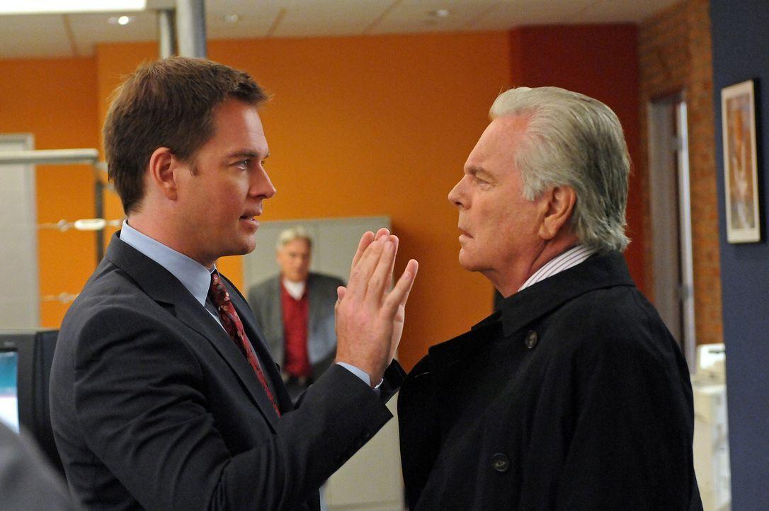 Sind sich nicht immer einig: Tony (Michael Weatherly, l.) und sein Vater Tony Senior (Robert Wagner, r.) ... - Bildquelle: CBS Television