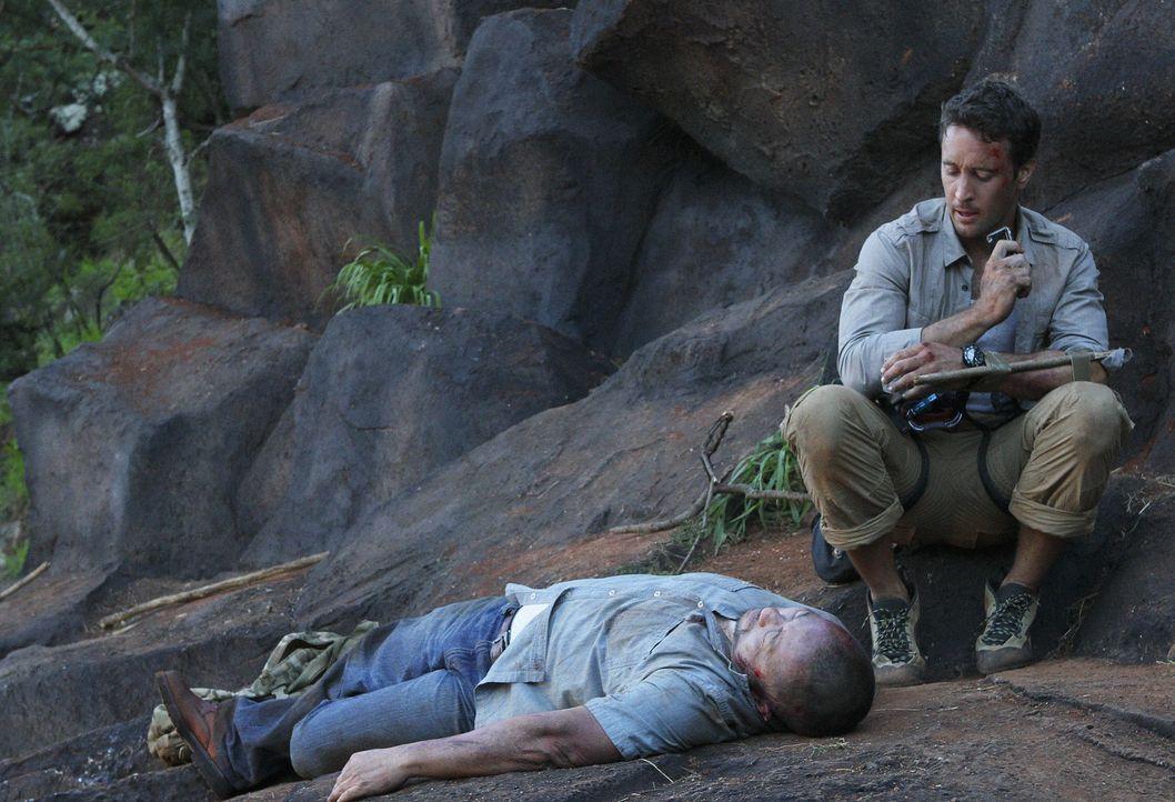 Bei einem Wanderausflug in den Bergen finden Steve (Alex O'Loughlin, r.) und Danny einen toten Fischer (Jack Leung, l.). Beim Versuch die Leiche zu... - Bildquelle: 2011 CBS BROADCASTING INC.  All Rights Reserved.