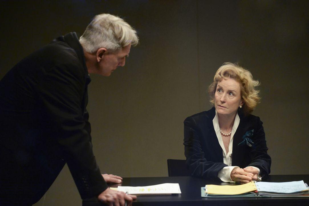 Hat Botschafterin Olivia Edmunds (Lisa Banes, r.) etwas mit dem aktuellem Fall zu tun? Gibbs (Mark Harmon, l.) versucht, es herauszufinden ... - Bildquelle: Darren Michaels CBS Television