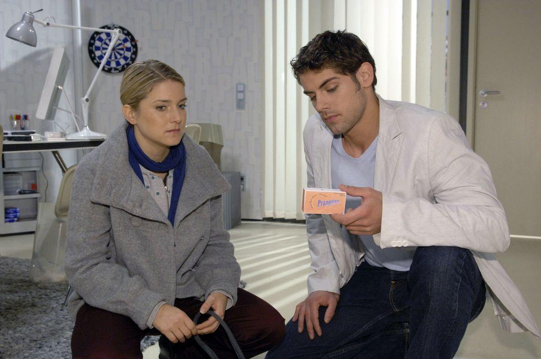 Jonas (Roy Peter Link, r.) ist schockiert, als er Annas (Jeanette Biedermann, l.) Pillen entdeckt ... - Bildquelle: Claudius Pflug Sat.1