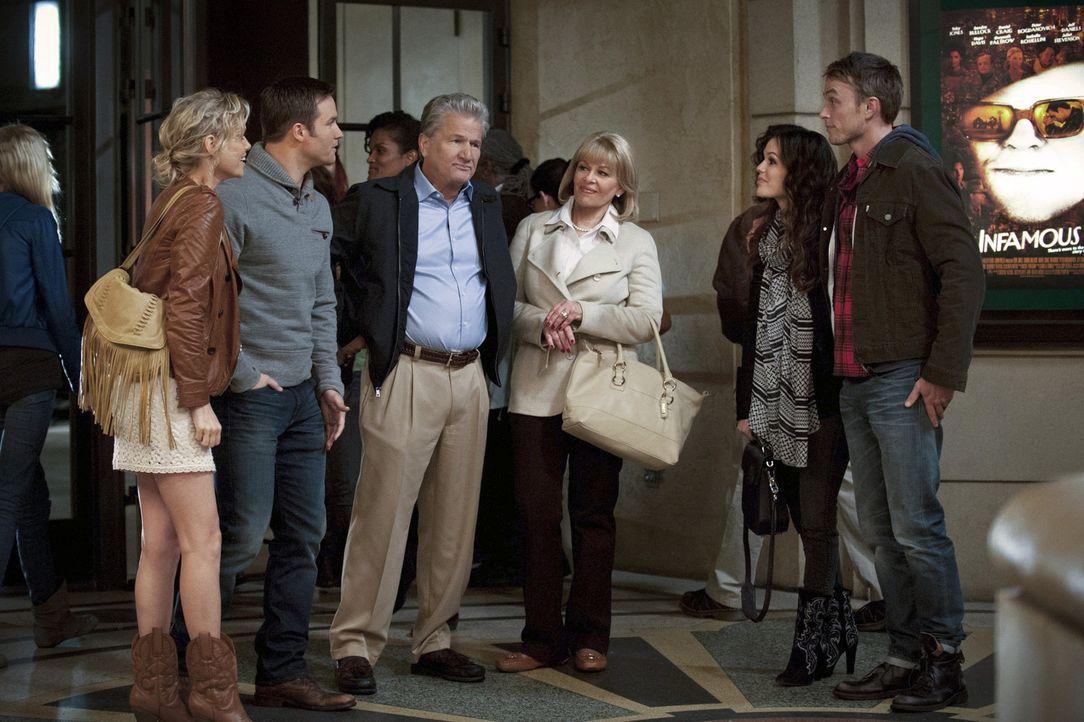 Als Clora (Ilene Graff, 3.v.r.) und Harold Tucker (Eric Pierpoint, 3.v.l.) unangemeldet bei George (Scott Porter, 2.v.l.) vor der Tür stehen, bringe... - Bildquelle: Warner Bros.