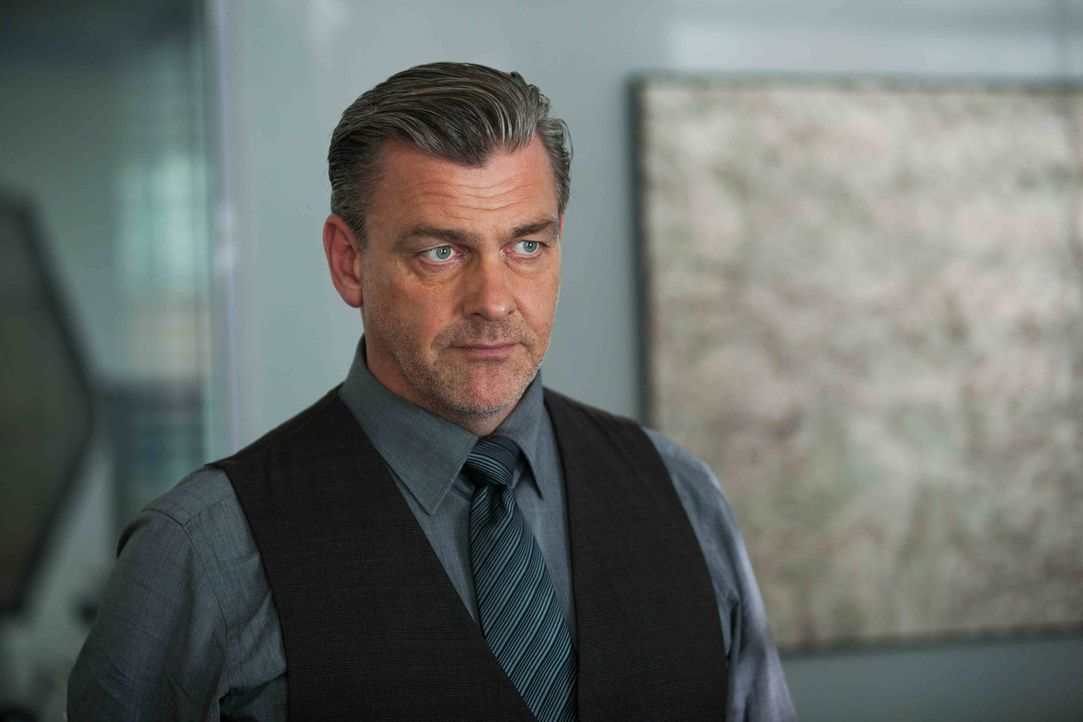 Miles Lennon (Ray Stevenson), Chief Inspector von New Scotland Yard, kann nicht glauben, dass ein Mitglied von Tommy McConnels Familie auf der richt... - Bildquelle: Dusan Martincek Tandem Productions GmbH. TF1 Production SAS. All rights reserved