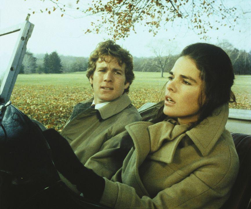 Um sich von ihrem Prüfungsstress ein wenig zu erholen, unternehmen Jennifer (Ali MacGraw, r.) und Oliver (Ryan O'Neal, l.) einen Ausflug ... - Bildquelle: Paramount Pictures