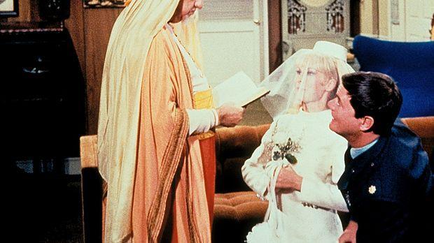 Der falsche Tony (Larry Hagman, r.) hat Jeannie (Barbara Eden, M.) einen Heir...