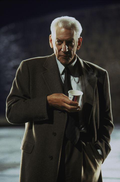 Lt. Stanton (Donald Sutherland) vermutet, dass sich ein schwarzes Schaf in den Reihen der Polizei befindet. Er hat auch schon einen Verdacht, um wen... - Bildquelle: Warner Brothers
