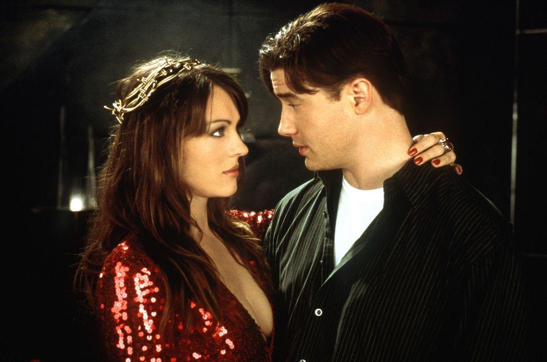 Auf den ersten Blich scheint der Teufel (Liz Hurley, l.) dem farblosen Elliot (Brendan Fraser, r.) ein höllisch gutes Angebot zu machen. Wäre da n... - Bildquelle: The 20th Century Fox Film Corporation