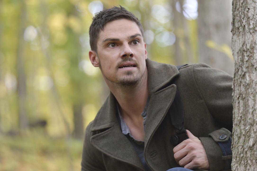 Schafft es Vincent (Jay Ryan), den Kugeln des perfekten Scharfschützen Bob zu entkommen? - Bildquelle: Ben Mark Holzberg 2015 The CW Network, LLC. All rights reserved.