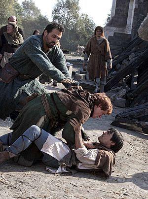Alfred (Liam Garrigan) kann seine Eifersucht auf Jack (Eddie Redmayne, M.) nicht länger zügeln. Er zerstört die Skupturen seines Rivalen - und in... - Bildquelle: Egon Endrenyi - Tandem Productions - Pillars Productions