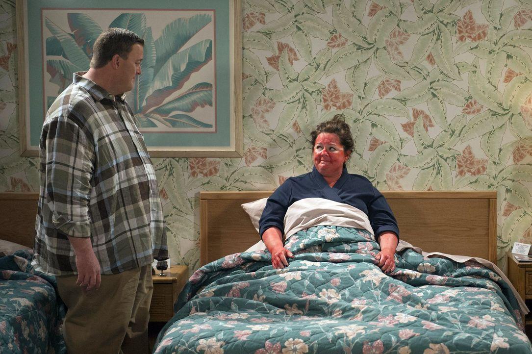 Während Molly (Melissa McCarthy, r.) Urlaub macht, versucht Mike (Billy Gardell, l.) durch Überstunden mehr Geld zu verdienen ... - Bildquelle: Warner Brothers
