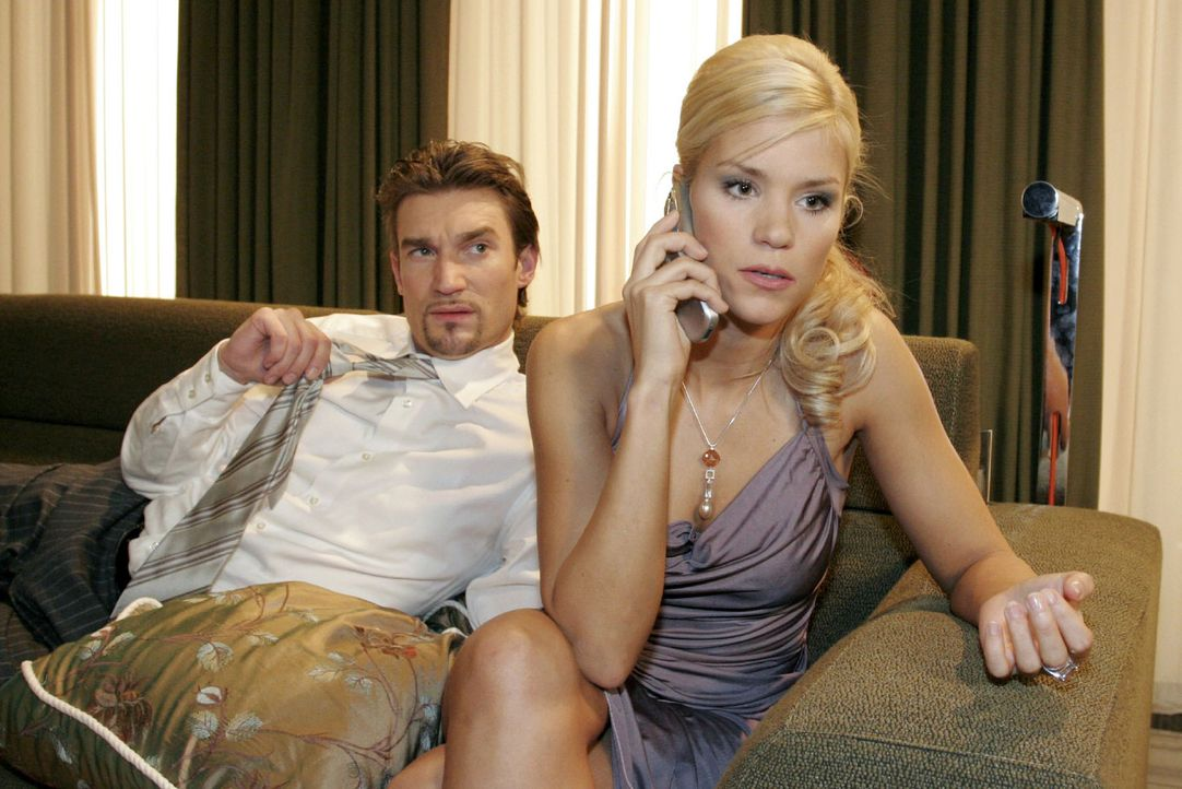 Argwöhnisch beobachtet Richard (Karim Köster, l.) Sabrina (Nina-Friederike Gnädig, r.) - er will wissen, wer am Telefon ist. - Bildquelle: Noreen Flynn Sat.1