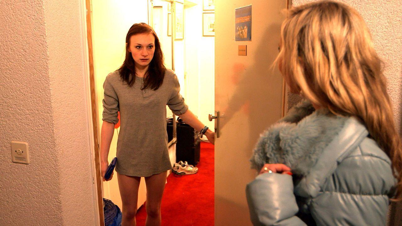 Louisa (r.) gerät in einen Gefühlsstrudel, als sie erfährt, dass Antonia (l.) und Juri ein Paar sind und sinnt auf Rache. - Bildquelle: SAT.1