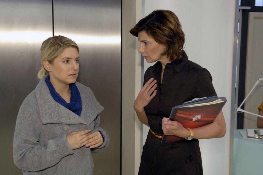 Anna (Jeanette Biedermann, l.) versucht herauszufinden, ob Steffi (Karin Kienzer, r.) etwas mit dem Verrat an Ingo zu tun hat. - Bildquelle: Claudius Pflug Sat.1