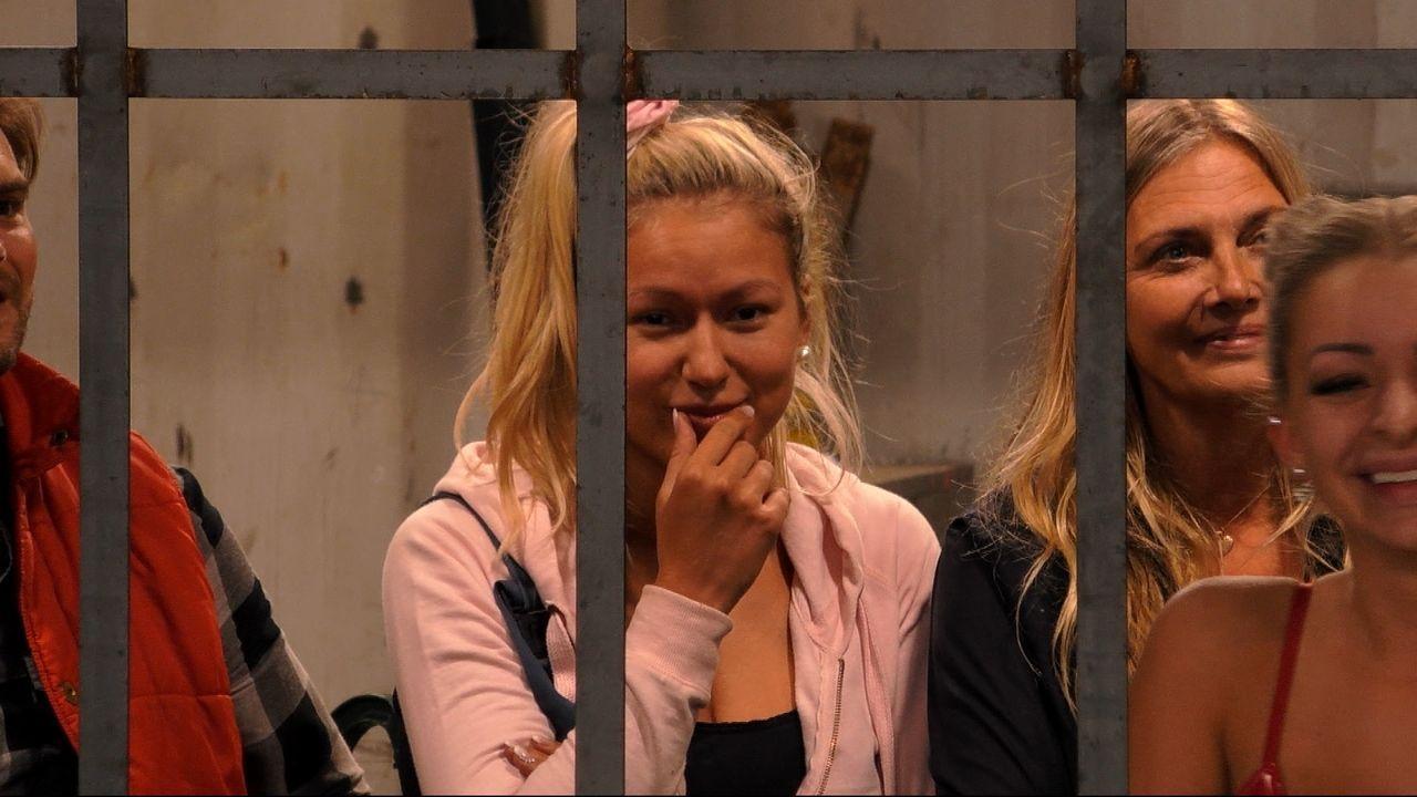 Chethrin sieht Daniel durch das Gitter und lächelt - Bildquelle: SAT.1