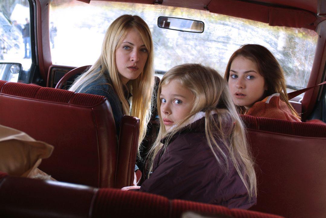 Nach dem Tod ihres Mannes zieht Karen Tunney (Lori Heuring, l.) mit ihren zwei Töchtern Sarah (Scout Taylor-Compton, r.) und Emma (Chloe Moretz, M.)... - Bildquelle: Nu Image Films