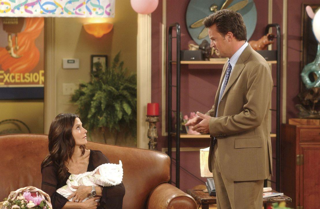 Monica (Courtney Cox) macht Chandler (Matthew Perry) klar, dass sie auch ein Kind haben will, doch Chandler sieht sich nicht als Vater. - Bildquelle: TM+  WARNER BROS.
