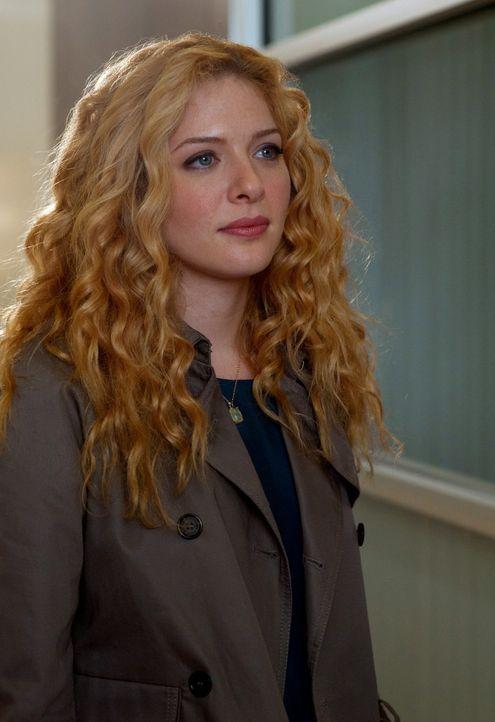 """Dr. Kate Sykora (Rachelle LeFevre) kümmert sich in der """"Clinica"""" um George, einen Freund von Dr. Michael Holt ... - Bildquelle: 2011 CBS BROADCASTING INC. ALL RIGHTS RESERVED"""