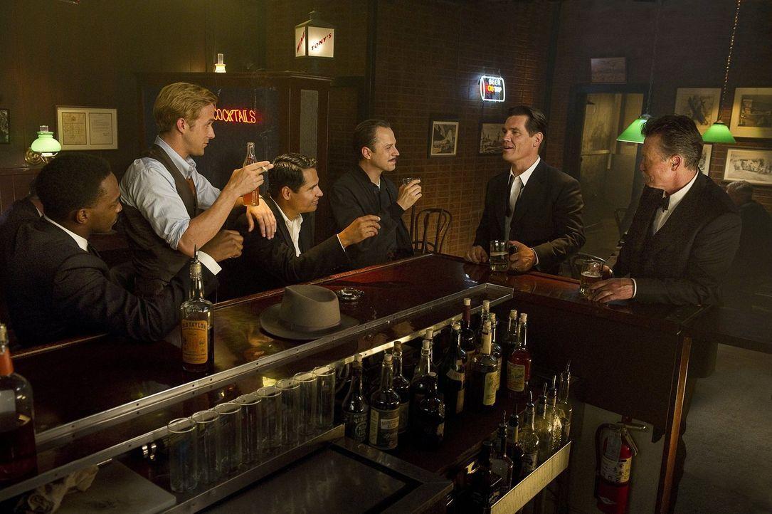 Gemeinsam wollen sie dem rücksichtlosen Mafia-König Mickey Cohen das Handwerk legen: Officer Conwell Keeler (Giovanni Ribisi, 3.v.r.), Sgt. John O'M... - Bildquelle: Warner Brothers