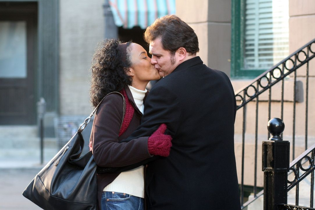 Fühlen sich zueinander hingezogen: Nick (Jeremy Ratchford, r.) und Toni (Sonja Sohn, l.) ... - Bildquelle: Warner Bros. Television