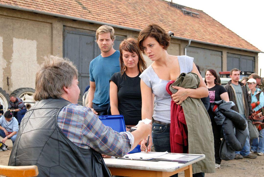 Nach getaner Arbeit als Erntehelferin ist Susanne (Muriel Baumeister) froh, endlich wieder ein bisschen Geld zu besitzen. - Bildquelle: Hardy Spitz Sat.1