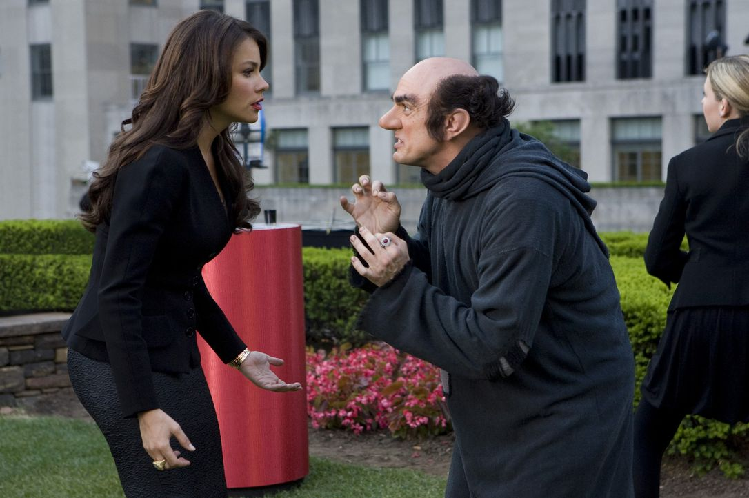 Die Schlümpfe sind los! Gargamel (Hank Azaria, r.) wittert eine Chance, zusammen mit Odile (Sofia Vergara, l.) die kleinen blauen Zwerge zu schnapp... - Bildquelle: 2011 Columbia Pictures Industries, Inc. and Hemisphere - Culver Picture Partners I, LLC. All Rights Reserved.